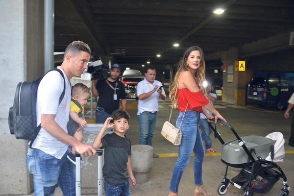 Oviedo, junto a su esposa Angie Alfaro, su hijo menor Martín, nacido en Costa Rica, y Frederick, quien nació en Dinamarca. | SHIRLEY VÁSQUEZ