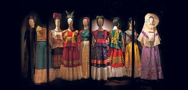 Sala 2 de la exposición Las apariencias engañan: los vestidos de Frida Kahlo donde se muestran los vestidos de la artista, quien reinterpretó y utilizó trajes tradicionales mexicanos.