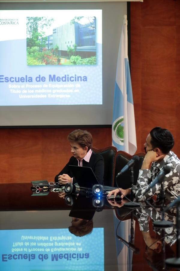 La directora de la Escuela de Medicina de la UCR, Lizbeth Salazar Sánchez, y el médico Juan José Cordero, de la Comisión de Credenciales, sostienen que el examen de equiparación es una de las herramientas para garantizar la calidad de los profesionales que ejercerán en Costa Rica. Foto: Alonso Tenorio