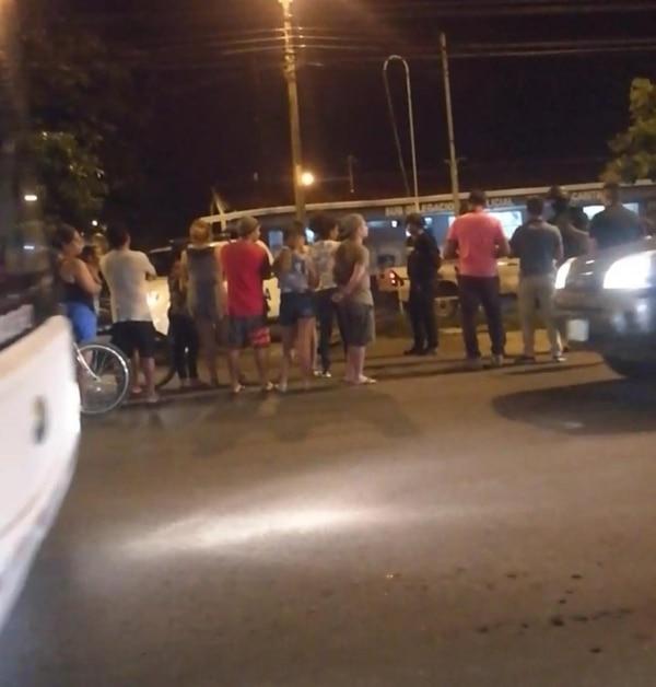 Varios lugareños se presentaron fuera de la delegación policial de Chacarita para externar su enojo por lo acontecido. Foto: Andrés Garita
