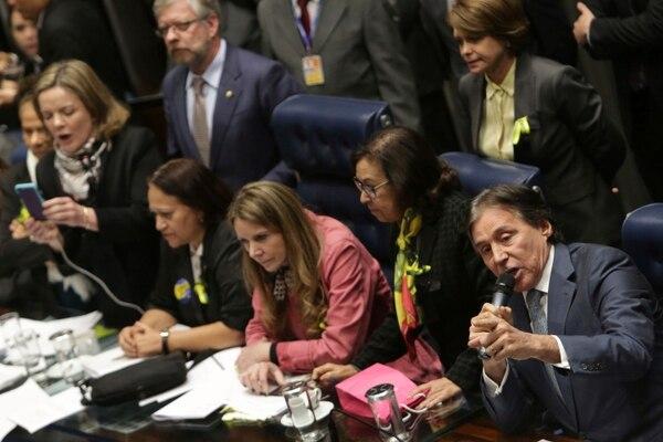 El presidente del Senado de Brasil, Eunício Oliveira (derecha), presidió, este jueves una sesión en Brasilia.