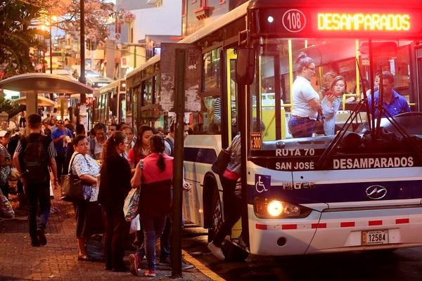 Paradas de buses de Desamparados al filo de las 6 p.m. en San José el pasado 12 de marzo. Este viernes el CTP definió las reglas de operación de ese servicio para Semana Santa. Fotografía: Rafael Pacheco