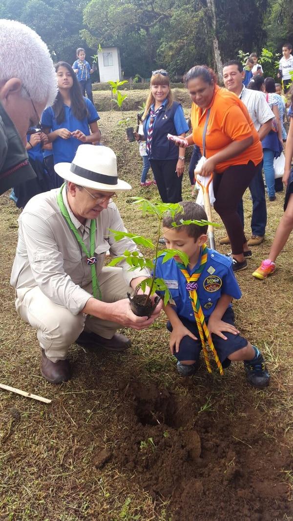 El ministro de Ambiente, Edgar Gutiérrez, aprovechó para unirse a los scouts y sembrar árboles en el cerro la Carpintera.