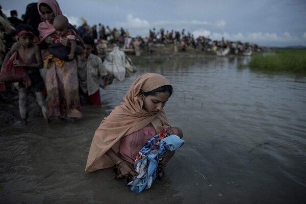 Rohinyás que huían de Birmania cruzaban -el 9 de octubre del 2017- el río Naf en su viaje hacia Bangladés.