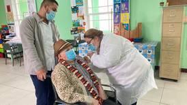 Porcentaje de adultos mayores que enferman y mueren por covid-19 cayó en un 60% desde el inicio de la vacunación