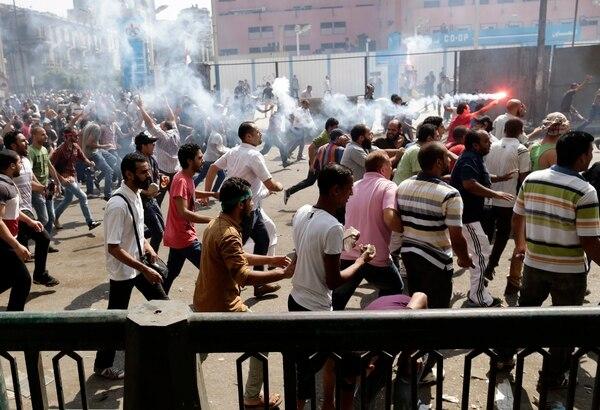 Numerosos simpatizantes del depuesto presidente egipcio Mohamed Mursi se enfrentan a las fuerzas de seguridad egipcias, en El Cairo (Egipto).