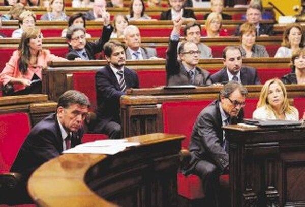 El presidente del gobierno catalán, Artur Mas, ayer cuando emitía su voto en el Parlamento regional sobre la consulta de soberanía. | AFP