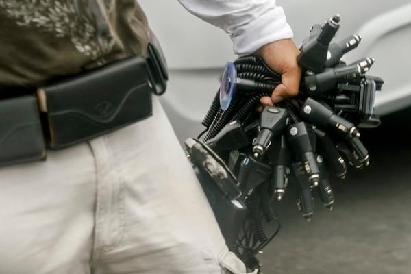Técnicos consultados previenen a los usuarios de cargar el teléfono u otro dispositivo en el carro, y menos utilizando cargadores genéricos.   JORGE ARCE.