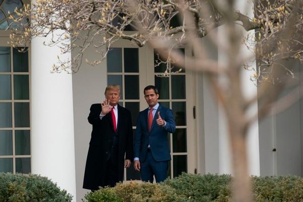 El presidente Donald Trump (izquierda) y el dirigente opositor venezolano Juan Guaidó antes de ingresar en el Salón Oval de la Casa Blanca, este miércoles 5 de febrero del 2020.