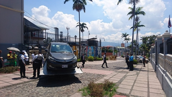 La Policía de Tránsito sancionó 17 vehículos. Se iba a llevar este carro, pero al final no lo hizo.