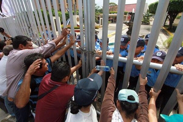 Un grupo de personas se reunió en las afueras del Parlamento, en Managua, para protestar contra la reforma que permite la reelección de Ortega. | AFP.