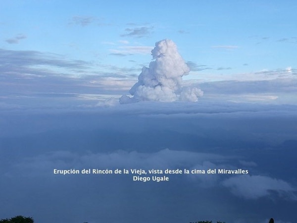 Aunque la columna de gases se elevó a más de un kilómetro desde la cima del volcán, el Ovsicori dice que casi no tuvo ceniza.