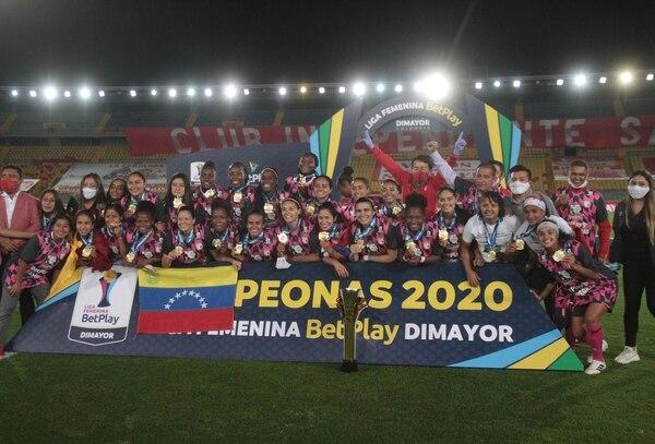 Daniela Solera (arriba del trofeo) junto a sus compañeras del Independiente de Santa Fe, celebran el título en el fútbol colombiano femenino, tras vencer en el global 4-1 al América de Cali. Facebook