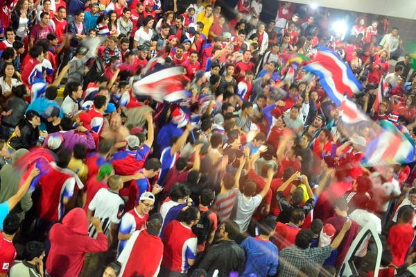 Recibimiento de la Selección la madrugada de este miércoles en el Juan Santamaría.