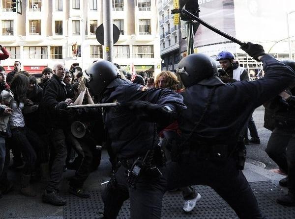 Cientos de españoles se sumaron a los movimientos de huelga convocados hoy en países europeos. Los policías antidisturbios despejaron con golpes la Gran Vía, en Madrid. | AFP