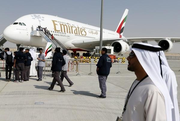 Un avión Airbus A380-800 de la aerolínea Emirates se muestra en el Salón Aeronáutico de Dubái.