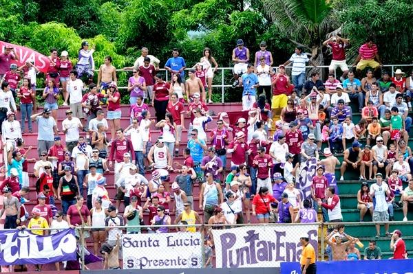 En el estadio Chorotega de Nicoya, la afición saprissista llegó en buena cantidad. Fue la mejor asistencias de la primera fecha.   MEYLIN AGUILERA