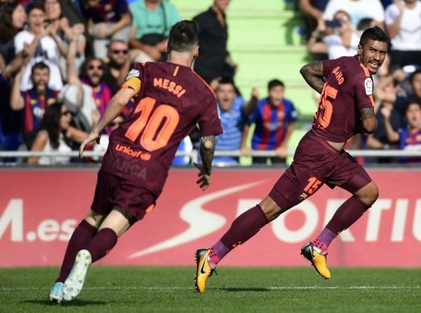 Paulinho celebra con Lionel Messi el gol que completó la remontada del Barcelona en casa del Getafe.