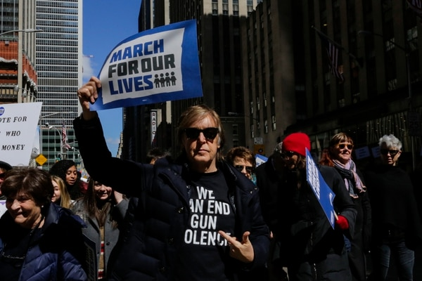 Sir Paul McCartney takes part in the March for Our Lives Rally near Central Park West in New York on March 24, 2018. . Galvanized by a massacre at a Florida high school, hundreds of thousands of Americans are expected to take to the streets in cities across the United States on Saturday in the biggest protest for gun control in a generation. / AFP PHOTO / EDUARDO MUNOZ ALVAREZ