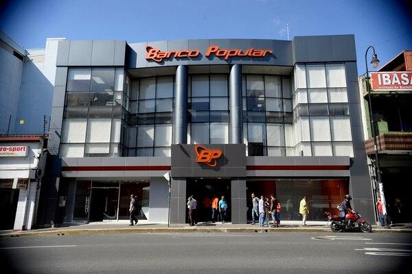 El Banco Popular confirmó que 80 de sus agencias permanecerán cerradas, la próxima semana, a raíz de la orden dictada por el Gobierno este viernes 10 de julio. En la imagen, la sucursal ubicada en la Avenida Segunda en San José. Foto: Diana Méndez.