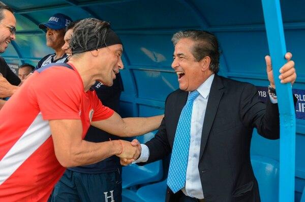 Christian Bolaños llegó a saludar a Jorge Luis Pinto antes del partido entre Honduras y Costa Rica.