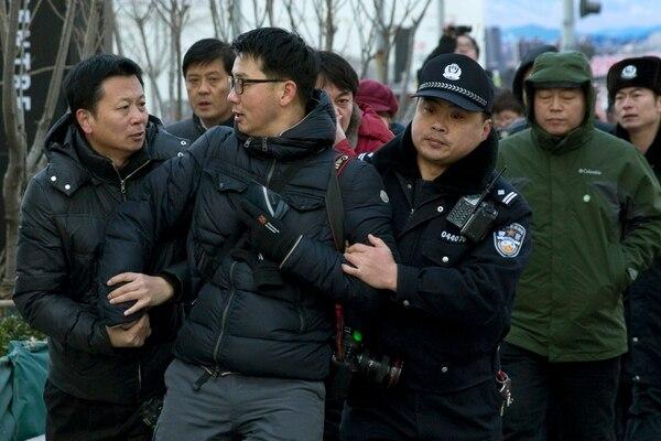 Un tribunal de Pekín condenó a Xu Zhiyong a cuatro años de cárcel al encontrarlo culpable de concentración ilegal para perturbar el orden público, indicó el tribunal en su cuenta oficial del microblog Sina Weibo, equivalente chino de Twitter.
