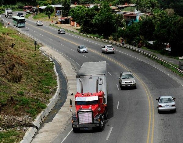 El INS prestará $21,5 millones para hacer el prediseño, diseño y estudios técnicos del proyecto de ampliación de la carretera San José-San Ramón. El crédito será a un plazo de un año renovable. | JORGE CASTILLO/ARCHIVO