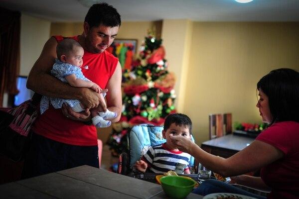 Emilio Barrantes, profesor de Educación Física, disfruta con su familia y colabora con su esposa, Raquel Calderón, en la crianza de sus hijos Saúl (dos años) y Sara (cuatro meses). | GABRIELA TELLEZ