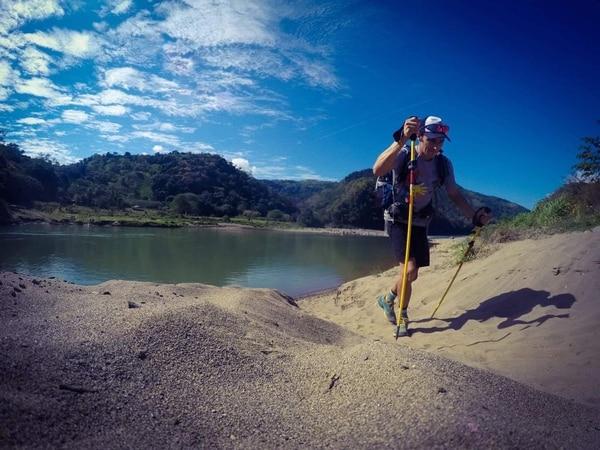 Andrés Rivera cruzó el río Grande de Térraba en la Zona Sur del país. El atleta de aventura confía en llegar a su destino antes del 24 de diciembre. Fotografías: Andrés Rivera