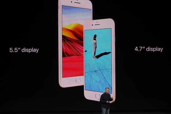 Phil Schiller, vicepresidente global de mercadeo de Apple anunció los iPhone 8 y iPhone 8 Plus cuyo precio comienza en $699 y $799, respectivamente.