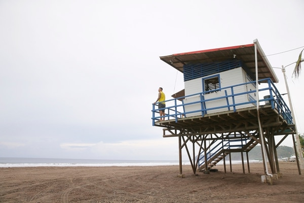 En el cantón de Garabito, 30 kilómetros de costa quedan en manos de cinco guardavidas. La playa que les demanda más atención es Jacó. Foto: Albert Marín.