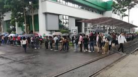 Cientos de aspirantes hicieron fila bajo la lluvia en feria de empleo en Universidad Latina