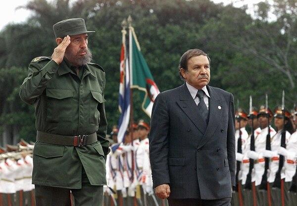 El presidente cubano, Fidel Castro (izquierda), y Abdelaziz Bouteflika, mandatario de Argelia, saludaron a las tropas en una ceremonia en La Habana, el 15 de abril del 2000.