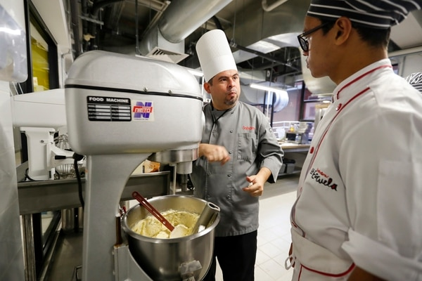 Chef con amplia trayectoria. Gustavo Villalobos (de gris) es el director académico de la escuela. José Cordero