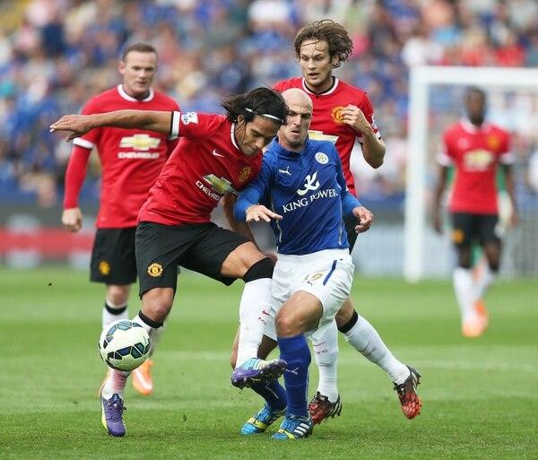Radamel Falcao lucha por el balón con Esteban Cambiasso del Leicester City, en un encuentro de la Premier League.