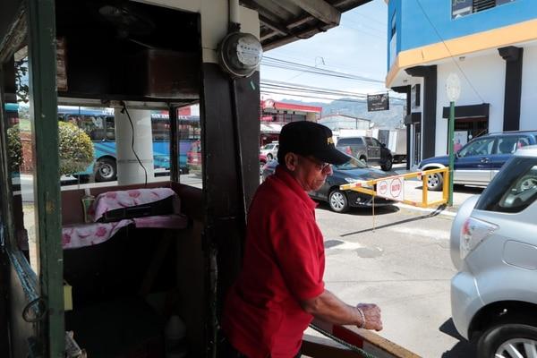La instalación de agujas y el pago de vigilantes son otros mecanismos a los que acuden los habitantes de un barrio para protegerse del hampa. Foto Alonso Tenorio