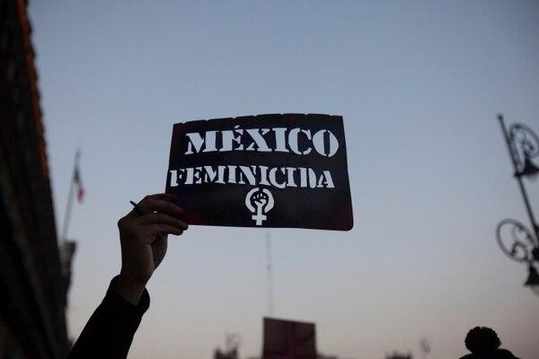 Un manifestante protesta contra la violencia machista, en la Ciudad de México, el viernes 14 de febrero del 2020. Foto: AFP