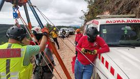 Caída de carro a guindo de 150 metros en León Cortés puso a prueba a decenas de socorristas