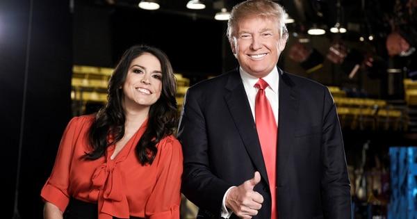 Esta es una foto del 3 de noviembre 2015 en la que Trump aparece con un miembro del elenco de SNL, Cecily Strong.