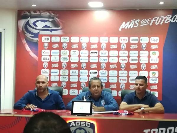 Sergio Chaves (centro) se mantendrá por dos años más como presidente de San Carlos. En la foto, acompañado por Luis Marín (izquierda) y Sandro Alfaro (derecha). Foto Tele San Carlos Radio.