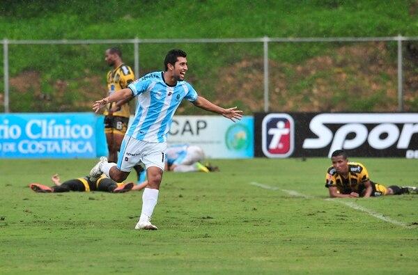 La Universidad de Costa Rica es el actual líder del Torneo de Invierno. Acá Josué Martínez celebra su anotación ante Uruguay de Coronado. | ARCHIVO