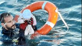 Guardia civil de España rescata a bebé en Ceuta tras arribo de migrantes