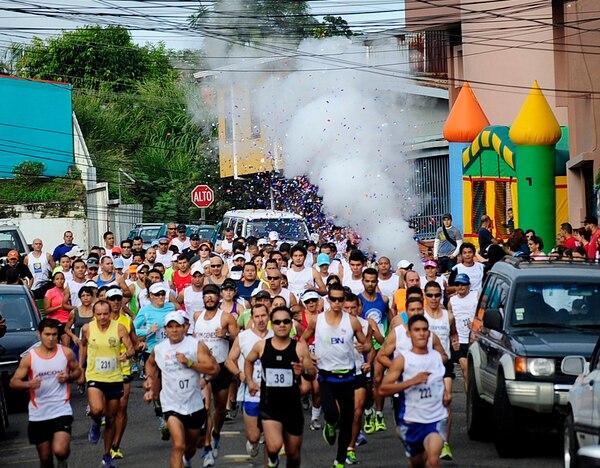 Yasser Reyes tuvo que enfrentar un paso complicado por el congestionado centro de Guadalupe, cuando faltaba poco para la meta. | ALEXÁNDER CARAVACA