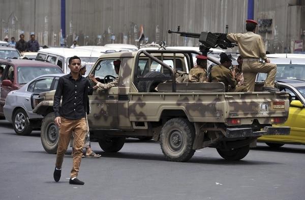 Soldados yemeníes patrullaban ayer una calle en Saná. | EFE