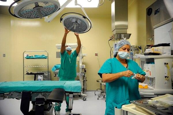 El ahorro generado en salarios para el 2020 es suficiente para financiar la construcción y equipamiento de los quirófanos del Hospital México que terminarán de hacerse el próximo año. En la imagen, trabajadores de la Caja en el Hospital de Guápiles. Foto: Mayela López.