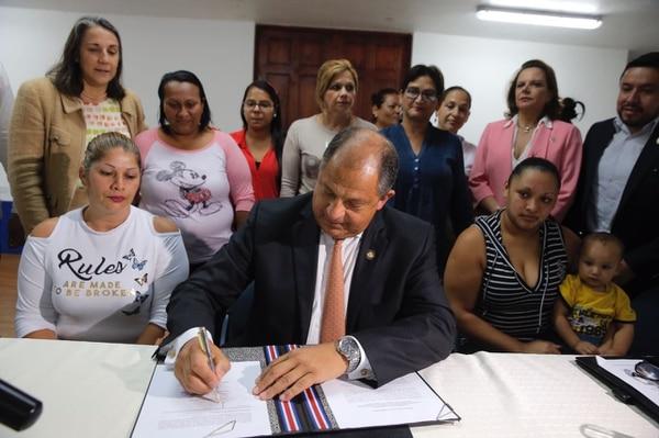 El presidente firmó el decreto para la implementación del plan, este lunes en CEDES Don Bosco.