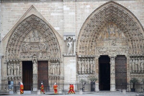 Los bomberos resguardaban hoy la catedral, mientras se realizaban las investigaciones para determinar las causas del incendio que afectó la estructura. Foto: AP