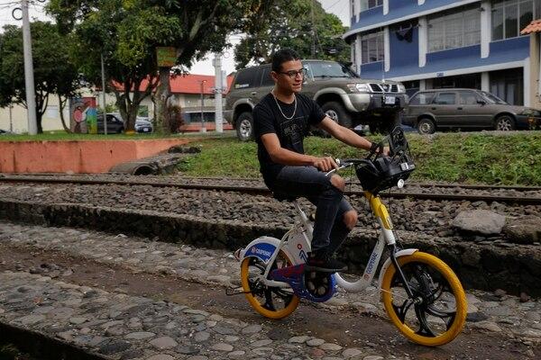 Josué Durán se decidió a pagar el plan mensual para poder usar estas bicicletas a menudo. Fotos: Mayela López