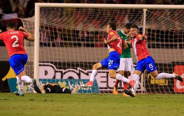 Marco Ureña celebra su gol ante México, mientras se une al festejo el defensor Francisco Calvo. En el suelo el meta mexicano Guillermo Ochoa.