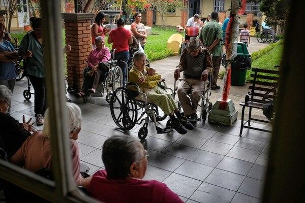 El Hogar Carlos María Ulloa, en Guadalupe, atiende a una población de 205 adultos mayores. Ayer, durante las celebraciones, los viejitos bailaron, comieron tamales y bebieron rompope. | GABRIELA TELLEZ.